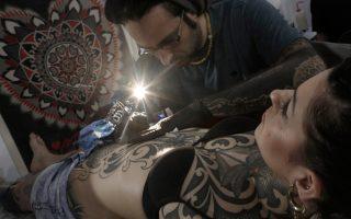 Το τατουάζ, από συνήθειο της φυλακής και του ποντοπόρου ναυτικού, έχει μετατραπεί σε στολίδι, αφήγηση, υπερβολή ή και τρόμο, ανάλογα με την ποσότητα και τις εικόνες που αυτό αναπαριστά.