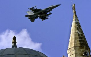 Από τους περίπου 600 πιλότους που διέθετε η τουρκική Πολεμική Αεροπορία, γύρω στους 280 έχουν απολυθεί. Αυτό σημαίνει ότι παραμένουν να πετούν τα 340 μαχητικά αεροσκάφη της γειτονικής χώρας περίπου 320 πιλότοι.