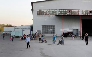 Ελεύθεροι-εγκλωβισμένοι νιώθουν οι πρόσφυγες στα Κέντρα Φιλοξενίας (εδώ, πλησίον του Ωραιοκάστρου) περιμένοντας την ημέρα της μεγάλης, προς Βορράν, φυγής. Το 24ωρο κυλάει αργόσυρτα, το σήμερα είναι ίδιο με το χθες και το αύριο, οι συνθήκες τραγικές, ο γενικός θυμός διάχυτος.