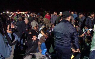 Οι κάτοικοι της Χίου σχεδιάζουν σήμερα συγκέντρωση διαμαρτυρίας ζητώντας την άμεση αποσυμφόρηση του νησιού. Η φωτογραφία είναι από επιχείρηση εκκένωσης του λιμανιού, τον περασμένο Απρίλιο.