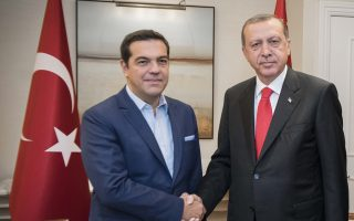 Με ανησυχία και από απόσταση παρακολουθεί η Αθήνα τις κινήσεις του κ. Ερντογάν τους τελευταίους δυόμισι μήνες. Στη φωτογραφία, ο Τούρκος πρόεδρος με τον κ. Αλ. Τσίπρα, κατά την πρόσφατη συνάντησή τους στη Νέα Υόρκη.