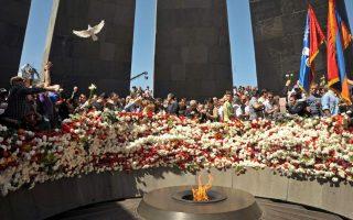 Αρμένιοι πολίτες καταθέτουν λουλούδια στο μνημείο της Γενοκτονίας στο Ερεβάν.