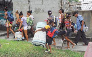 Τις κατοικίες τους εγκαταλείπουν Κουβανοί πολίτες από την επαρχία του Γκουαντάναμο.