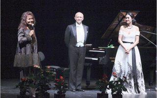 Η διεθνής πρωταγωνίστρια της Οπερας κ. Βάσω Παπαντωνίου, πρόεδρος της εταιρείας για το κτίριο της Οπερας και της Ακαδημίας Λυρικής Τέχνης «Μαρία Κάλλας», ευχαριστεί στη σκηνή του Θεάτρου «Ολύμπια» το κοινό για την παρουσία του και τους ερμηνευτές του Ρεσιτάλ Τραγουδιού, τον πιανίστα-συνθέτη Χρίστο Παπαγεωργίου και την υψίφωνο Μυρτώ Παπαθανασίου που, αφιλοκερδώς, πρόσφεραν το ταλέντο τους στη βραδιά τραγουδιού για την Ακαδημία Λυρικής Τέχνης «Μαρία Κάλλας». (Φωτογραφία Χάρης Ακριβιάδης, 30/9/2016)