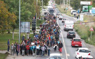 Eκατοντάδες πρόσφυγες και μετανάστες περπατούν κατά μήκος του αυτοκινητοδρόμου που οδηγεί στα σύνορα Σερβίας - Ουγγαρίας. Πέρα από την άμεση διαχείριση των ροών, είναι αναγκαίο η Δύση να εξετάσει τι σφάλματα έκανε και εξακολουθεί να κάνει στην πολιτική της απέναντι στις χώρες καταγωγής των προσφύγων και μεταναστών.