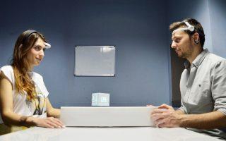 Ο Θάνος Φουλούλης και η Μαρία Κανέτσου δοκιμάζουν το «Mind Cube» χρησιμοποιώντας μόνον το... μυαλό τους.