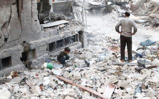 Ενα αγόρι αναζητεί οτιδήποτε μπορεί να σωθεί ανάμεσα στα χαλάσματα, στη βομβαρδισμένη Ντούμα, στα περίχωρα της Δαμασκού.