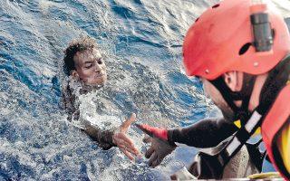 Δραματικές εικόνες από τη Μεσόγειο, όπως αυτή του Αφρικανού μετανάστη που διασώζεται από μέλος Μη Κυβερνητικής Οργάνωσης στη θαλάσσια περιοχή 20 ν.μ. βορείως της Λιβύης, δόθηκαν χθες στη δημοσιότητα μαζί με τον συνολικό απολογισμό της περασμένης Τρίτης: 28 νεκροί και 4.655 επιζώντες στη διάρκεια 33 επιχειρήσεων.