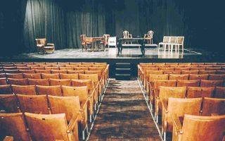 Στο βάθος της πλατείας διακρίνεται το σκηνικό της παράστασης «Εντα Γκάμπλερ», με την οποία ξεκινάει τη σεζόν το «νέο» θέατρο «Αμαλία».
