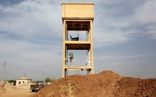 Σύρος αντικαθεστωτικός αντάρτης ανεβαίνει σε παρατηρητήριο, στο χωριό Καφρ Μπρίσα, στην επαρχία Χαλεπίου.