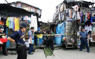 Η σορός υπόπτου για εμπόριο ναρκωτικών μεταφέρεται στο νεκροτομείο, ύστερα από επιχείρηση της αστυνομίας σε φτωχογειτονιά της Μανίλας.