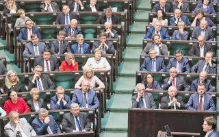 Η πρωθυπουργός της Πολωνίας, Μπεάτα Σίντλο, μιλάει στην Ολομέλεια του Κοινοβουλίου στη Βαρσοβία σχετικά με την πλήρη απαγόρευση των αμβλώσεων.