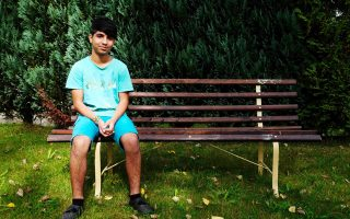 Ο 15χρονος Λουάι Κατούν από τον Λίβανο έξω από το σπίτι του στο Κλάουσνιτς της Σαξονίας.