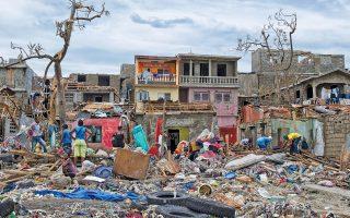 Εκατοντάδες νεκρούς και βιβλική καταστροφή άφησε πίσω του στην Αϊτή ο τυφώνας «Μάθιου», με τον απολογισμό να αυξάνεται διαρκώς, καθώς οι Αρχές εντόπιζαν νέες σορούς σε απροσπέλαστες πληγείσες περιοχές της χώρας. Μέχρι αργά χθες το βράδυ, ο αριθμός των θυμάτων είχε φτάσει τους 842, ενώ ένα τουλάχιστον άτομο έχασε τη ζωή του στη Φλόριντα, επόμενο επίκεντρο της θεομηνίας. Ο «Μάθιου» προκάλεσε συναγερμό σε πολλές πόλεις της αμερικανικής πολιτείας, καθώς και της Τζόρτζια, όπου εκατομμύρια κάτοικοι κλήθηκαν να απομακρυνθούν από τις εστίες τους.