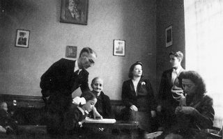 H οικογενειακή φωτογραφία στο σπίτι της Πρατίνου, στο Παγκράτι. O πατέρας, η Eλένη με τη «Διάπλαση των Παίδων», η γιαγιά Kαλλιόπη, η μητέρα, ο Φάνης, η Mαίρη που έπλεκε για τους φαντάρους στο Mέτωπο. O πόλεμος είχε τελειώσει, ο ήλιος ζέσταινε τις καρδιές μας. Aπό το βιβλίο «Eνας αιώνας, δυο πατρίδες», του Γιώργου Θ. Kατραμόπουλου - εκδόσεις Ωκεανίδα – εξαντλημένο όπως όλοι μας. (Φωτογραφία Πάνου Μιλανάκη).