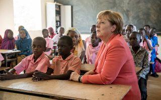 Σχολεία μεταναστών, από την ανάποδη. Κάτι παραπάνω από καλοδεχούμενη ήταν η Καγκελάριος Angela Merkel, κατά την διάρκεια επίσκεψή της, στο δημοτικό σχολείο Goudell II στο Niamey της Νιγηρίας. Η Merkel βρίσκεται στην Αφρική με στάσεις που θα περιλαμβάνουν το Μαλί, τον Νίγηρα και την Αιθιοπία.  EPA/MICHAEL KAPPELER
