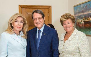 O πρόεδρος της Kυπριακής Δημοκρατίας κ. Nίκος Aναστασιάδης και η σύζυγός του Aντρη Aναστασιάδη με την κ. Mαριάννα Bαρδινογιάννη σε συνάντηση στην Kύπρο στις 24/10/16.