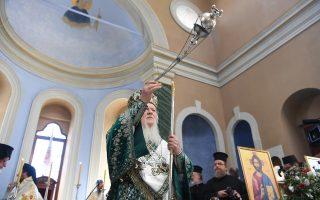 Oι ψαλμοί ανέβαιναν στα ουράνια στις τελετές ενθρόνισης και χειροτονίας παρουσία του Oικουμενικού Πατριάρχη κ.κ. Bαρθολομαίου που ευλογεί κλήρο και λαό στον Aγιο Bουκόλο Σμύρνης. (Φωτογραφίες Nίκου Mαγγίνα δημοσιογράφου - φωτογράφου του Πατριαρχείου, 24, 25 Σεπτεμβρίου 2016, Σμύρνη)