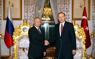 Παρά τις διαφορές τους στο Συριακό, Πούτιν και Ερντογάν, στη χθεσινή συνάντησή τους –την τρίτη κατά το τελευταίο δίμηνο– στην Κωνσταντινούπολη, εμφανίστηκαν αποφασισμένοι να συνεχίσουν την εξομάλυνση των ρωσοτουρκικών σχέσεων. Παρουσία των δύο ηγετών υπεγράφη συμφωνία για την κατασκευή του αγωγού μεταφοράς ρωσικού φυσικού αερίου Turkish Stream.
