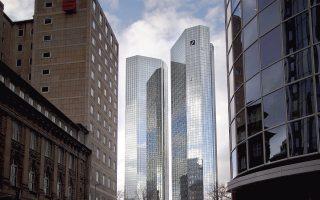 Ο δείκτης βασικών κεφαλαίων της Deutsche Bank έφθασε στο 7,8%, κατά το δυσμενέστερο σενάριο των στρες τεστ της ΕΚΤ, χάρη στα 4 δισ. ευρώ από την πώληση του 20% που κατείχε στην κινεζική Huaxia Bank, αλλά ακόμα η συναλλαγή δεν έχει ολοκληρωθεί, αναφέρουν οι Financial Times.