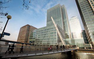 Οι αμερικανικές επενδυτικές τράπεζες, όπως οι Goldman Sachs, Morgan Stanley και η JPMorgan, προειδοποιούν ότι θα αποφασίσουν αν θα παραμείνουν στη Βρετανία ανάλογα με την εξέλιξη της διαπραγμάτευσης για την έξοδο της χώρας από την Ε.Ε.
