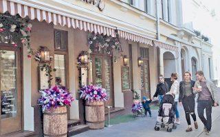 Το εστιατόριο «Κουζίνα του χωριού» στη συνοικία Λίμνη του Πατριάρχη της Μόσχας είναι ένα από τα πάμπολλα που άνοιξαν το περασμένο έτος, συμβάλλοντας στην αλλοίωση του χαρακτήρα της περιοχής.