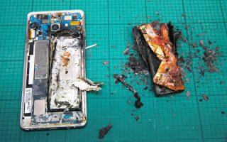 Η Samsung αποφάσισε να διακόψει την παραγωγή και πώληση του κινητού τηλεφώνου Galaxy Note7, το οποίο αναφλέγεται λόγω προβλήματος στην μπαταρία. Η απόφαση αυτή θα έχει ως αποτέλεσμα απώλεια εσόδων 17 δισ. ευρώ. Ωστόσο, το κόστος για την κορεατική εταιρεία θα είναι ακόμη μεγαλύτερο, λόγω του πλήγματος στη φήμη και στις μελλοντικές πωλήσεις. Η μετοχή της Samsung έκλεισε την Τρίτη στο Χρηματιστήριο της Σεούλ με πτώση 8,04%. Αντίθετα, η μετοχή του μεγάλου ανταγωνιστή της, της Apple, συνέχισε να ανεβαίνει, έχοντας κερδίσει 10% από την ημέρα που εμφανίστηκαν τα προβλήματα στο Galaxy Note7.