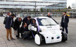 Τις τελευταίες ηλεκτρονικές πινελιές έβαζαν χθες το μεσημέρι οι τεχνικοί σύμβουλοι του Πανεπιστημίου της Οξφόρδης και της νεοφυούς επιχείρησης Catapult, που δημιούργησαν το καινοτόμο διθέσιο αυτόνομο όχημα της φωτογραφίας. Το όχημα υπεβλήθη χθες σε οδικές δοκιμές στους δρόμους της πόλης Μίλτον Κινς, βόρεια του Λονδίνου, με το αρμόδιο βρετανικό υπουργείο να ευελπιστεί ότι μέχρι το 2020, αυτοκίνητα χωρίς οδηγό θα κινούνται στους αυτοκινητόδρομους της χώρας. Σελ. 9