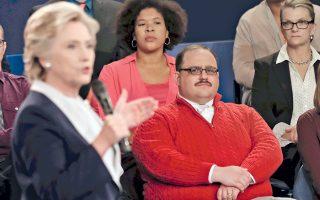 Ο Κένεθ Μπόουν παρακολουθεί προσεκτικά τη Χίλαρι Κλίντον στο ντιμπέιτ της Κυριακής στο Σεν Λούις του Μιζούρι.