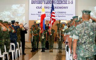 Αμερικανοί πεζοναύτες και Φιλιππινέζοι συνάδελφοί τους συμμετέχουν στη χθεσινή τελετή λήξης της 33ης κοινής αμφίβιας άσκησης των δύο χωρών, ανατολικά της Μανίλας.