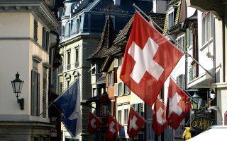 Στην ελβετική Βουλή κατέληξαν στη διαμόρφωση ενός καθεστώτος που δίνει προτεραιότητα σε μόνιμους κατοίκους, ανεξαρτήτως υπηκοότητας, όταν πρόκειται να γίνουν προσλήψεις.
