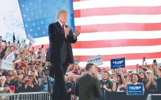Επιθετικότερους τόνους έναντι της Χίλαρι Κλίντον υιοθετεί ο Ντόναλντ Τραμπ, σε μια προσπάθεια ανατροπής του πολιτικού κλίματος, λιγότερο από τέσσερις εβδομάδες πριν από τις αμερικανικές εκλογές. Στην ανταρσία πολλών στελεχών των Ρεπουμπλικανών μετά τη δημοσιοποίηση του βίντεο με τις απερίγραπτες σεξιστικές δηλώσεις Τραμπ έρχεται να προστεθεί η απόσυρση κορυφαίων χρηματοδοτών του, οι οποίοι ζητούν κυριολεκτικά «τα λεφτά τους πίσω». Ανοίγει η ψαλίδα υπέρ της Κλίντον, σύμφωνα με τις τελευταίες δημοσκοπήσεις.