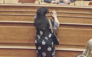 Η πλατεία Ταχρίρ (έτσι δεν την έλεγαν;) στη Βουλή. Πρόκειται, φυσικά, για την ανεπανάληπτη Αννα Βαγενά...