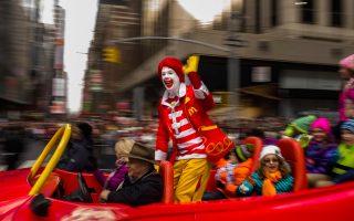 Ο Ρόναλντ Μακντόναλντ, μασκότ της εταιρείας ταχυφαγείων, εδώ στην παρέλαση των Ευχαριστιών τον Νοέμβριο του 2015 στη Νέα Υόρκη, θα υποχρεωθεί να περιστείλει τις εμφανίσεις του.