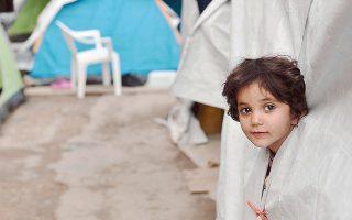 Tο βλέμμα της μικρής προσφυγοπούλας στη Xίο ζητάει λύση σε ένα πρόβλημα που είναι για όλους κατανοητό και σεβαστό... (AFP / Louisa Gouliamaki, 13 Oκτωβρίου 2016)
