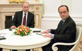 Την εκτίμηση του Φρανσουά Ολάντ ότι το τηλεφώνημα του Ρώσου προέδρου ήταν περίεργο, καθώς ο ίδιος πιστεύει ότι ο Πούτιν δεν κάνει τίποτα στην τύχη, καταγράφουν οι δύο Γάλλοι δημοσιογράφοι.