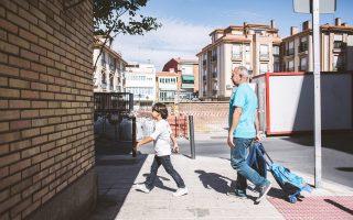 Ο πρόσφυγας Οσάμα Μόχσεν, Σύρος προπονητής ποδοσφαίρου, προσελήφθη σε σχολή ποδοσφαίρου στην Ισπανία. Τον Σεπτέμβριο του 2015, καθώς προσπαθούσε να διασχίσει τα ουγγρικά σύνορα με τον γιο του, μια εργαζόμενη τηλεοπτικού συνεργείου τού έβαλε τρικλοποδιά.