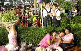 Θρήνος και οδυρμός στην Μπανγκόκ, αλλά και σε ολόκληρη την Ταϊλάνδη, μετά την αναγγελία θανάτου του Ταϊλανδού βασιλιά Μπουμιμπόλ, του μακροβιότερου μονάρχη του κόσμου. Ο Ταϊλανδός βασιλιάς, ο οποίος απεβίωσε σε ηλικία 88 ετών, εθεωρείτο πυλώνας σταθερότητας για τη χώρα που τα τελευταία χρόνια μαστίζεται από κοινωνικές και πολιτικές ταραχές, αλλά και δύο στρατιωτικά πραξικοπήματα. Πλέον, η «επόμενη ημέρα» γεμίζει με ανησυχία τους Ταϊλανδούς.