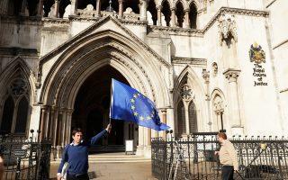 Υπέρμαχος της συμμετοχής της Βρετανίας στην Ευρωπαϊκή Ενωση, έξω από το Ανώτατο Δικαστήριο στο Λονδίνο.