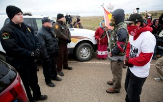 Διαδηλωτές στους αγωγούς πετρελαίου της Βόρειας Ντακότα αντιμέτωποι με δυνάμεις της αστυνομίας.