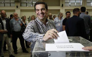 Ο πρωθυπουργός Αλέξης Τσίπρας (Κ) ψηφίζει, κατά τη διάρκεια ψηφοφορίας, για πρόεδρο, κεντρική επιτροπή και περιφερειακή συγκρότηση του κόμματος, την τελευταία ημέρα του 2oυ Συνεδρίου του ΣΥΡΙΖΑ:
