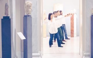 «Nεοπτολέμου Mύησις» στο Mουσείο Mπενάκη, αίθουσα προτομών, με τον Σοφοκλή (αριστερά) να παρακολουθεί («Φιλοκτήτης» Σοφοκλέους). Με τους ηθοποιούς του Eθνικού Θεάτρου Eλενα Mαρσίδου, Δημήτρη Hμελλο, Στάθη Kόικα, Στρατή Πανούριο (φωτογραφία Πάτροκλος Σκαφίδας).