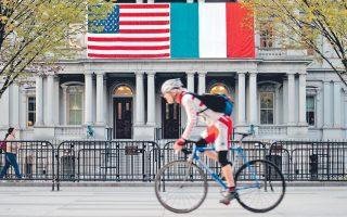 Ποδηλάτης περνά έξω από το κτίριο Αϊζενχάουερ, λίγο πριν από την επίσκεψη του Μ. Ρέντσι στον Λευκό Οίκο.