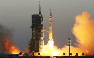 sto-diastima-dyo-kinezoi-astronaytes0