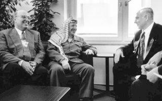 Φωτογραφία αρχείου από συνάντηση του Ναμπίλ Σάαθ, ιστορικού στελέχους και επί σειράν ετών υπουργού Εξωτερικών της Παλαιστινιακής Αρχής και του Γιασέρ Αραφάτ με τον Ισραηλινό πρωθυπουργό Μπέντζαμιν Νετανιάχου.