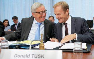 Ο πρόεδρος της Ευρωπαϊκής Επιτροπής Ζαν - Κλοντ Γιούνκερ με τον επικεφαλής του Ευρωπαϊκού Συμβουλίου Ντόναλντ Τουσκ, χθες, μία ημέρα πριν από τη Σύνοδο στις Βρυξέλλες.