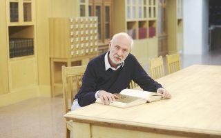 Ο Αγγελος Δεληβορριάς μιλάει για πρώτη φορά μετά την αποχώρηση του Ολιβιέ Ντεκότ για τις προκλήσεις που αντιμετωπίζει το μουσείο και τους λόγους που δεν συνεχίστηκε η συνεργασία τους. Υπογραμμίζει ότι έχει ξεκινήσει η διαδικασία για την ανεύρεση νέου διευθυντή και θα ολοκληρωθεί στις αρχές του 2017.
