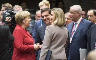 Ο πρωθυπουργός Αλέξης Τσίπρας με τη Γερμανίδα καγκελάριο Αγκελα Μέρκελ συνομιλούν στο περιθώριο της χθεσινής Συνόδου Κορυφής της Ευρωπαϊκής Ενωσης, στις Βρυξέλλες.