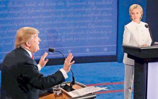 Την ύστατη ευκαιρία του να ανακάμψει στις δημοσκοπήσεις, ενόψει της εκλογικής αναμέτρησης για την προεδρία των ΗΠΑ στις 8 Νοεμβρίου, σπατάλησε το βράδυ της Τετάρτης στην τηλεμαχία με τη Δημοκρατική αντίπαλό του Χίλαρι Κλίντον, στο Λας Βέγκας, ο Ρεπουμπλικανός υποψήφιος Ντόναλντ Τραμπ, αφήνοντας να εννοηθεί ότι δεν θα αναγνωρίσει το αποτέλεσμα της κάλπης εφόσον ηττηθεί. Αντίθετα, σε χθεσινές δηλώσεις του, ο κ. Τραμπ είπε ότι θα «αποδεχθεί απολύτως το αποτέλεσμα» εφόσον νικήσει. Υιοθετώντας «τακτικές Τραμπ», με ειρωνικές εκφράσεις και αιχμηρά σχόλια, η κ. Κλίντον νίκησε κατά κράτος στο ντιμπέιτ.
