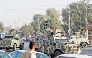 Ενώ ο ιρακινός στρατός και οι Κούρδοι μαχητές Πεσμεργκά προωθούνταν, από δύο μέτωπα, προς τη Μοσούλη, το Ισλαμικό Κράτος πραγματοποίησε χθες το πρωί θεαματικό αντιπερισπασμό στο Κιρκούκ, στρατηγικής σημασίας πετρελαϊκό κόμβο, στο Βόρειο Ιράκ. Τουλάχιστον 18 άνθρωποι έχασαν τη ζωή τους από τις επιθέσεις των τζιχαντιστών σε αστυνομικά τμήματα και σταθμό παραγωγής ηλεκτρικής ενέργειας. Στη φωτογραφία, δυνάμεις των Πεσμεργκά περιπολούν ένα από τα σημεία του Κιρκούκ όπου εκδηλώθηκαν επιθέσεις.